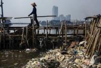Lixo trazido pela maré em Jacarta, Indonésia