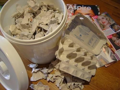 Coloque os pedaços rasgados em um balde