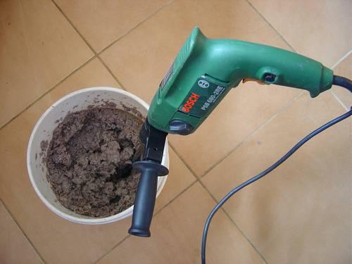 Usar a furadeira para misturar a massa
