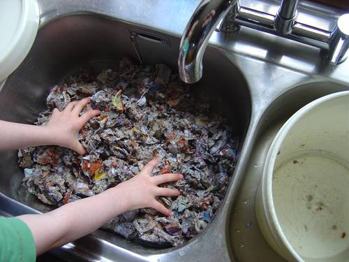 Colocar a massa na pia tampada