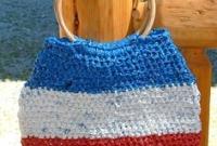Bolsa tricolor com alça de madeira