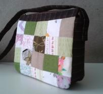 Bolsinha a tiracolo de tetrapak revestida em tecido e patchwork