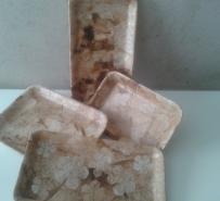 Bandejas de isopor e garrafa decupadas com filtros de café