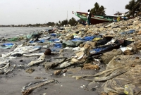 Lixo trazido pela maré em Hann Bay no Senegal em 1 de junho deste ano